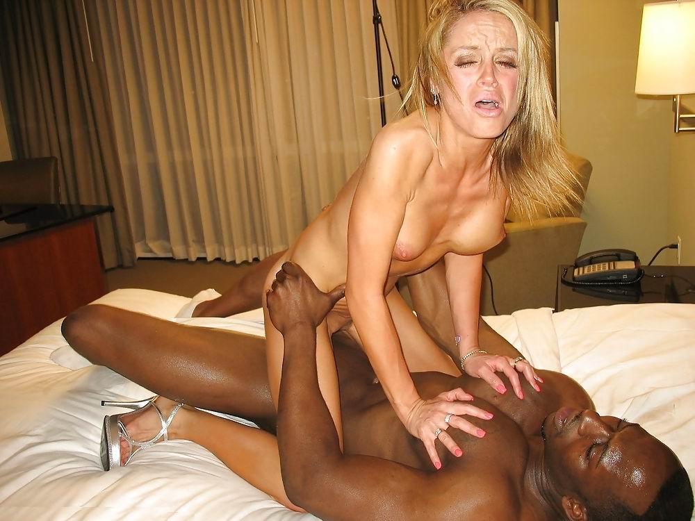 femme infidèle baisée par un black